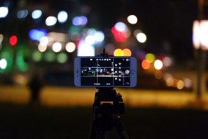 Filmen met je smartphone in het donker.
