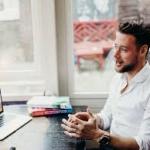 Man in gesprek achter laptop tijdens een talentanalyse.