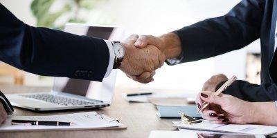 Handen schudden sollicitatiegesprek